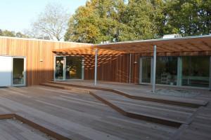 Terrasser i 3 niveauer og pergola til skygge.