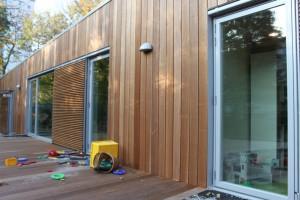 Store vinduer giver masser af lys - der er monteret skodder til afskærmning efter behov.