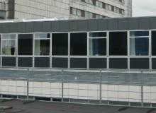 Modulbaseret byggeri egner sig godt til hospitaler, idet den korte byggeproces på opstillingsstedet en lig med en kort periode med støv og støj omkring hospitalet samt en minimal forstyrrelse af hospitalets øvrige funktioner.