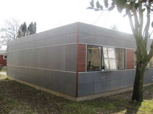 På den udvendige del er facaderne beklædt med fibercementplader