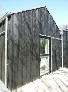 Modulerne har træbeklædning en-på-to. Døre og vinduer er i træ/alu.
