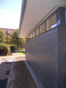 Facadeplader er skåret, så de flugter med sprosserne i vinduer og døre.