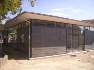 Der er placeret et bånd af vinduer under taget hele vejen omkring bygningen.