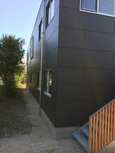 Modulerne har facader beklædt med sorte fibercement-plader.