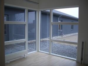 De indvendige rum får masser af lys fra de store vinduer.