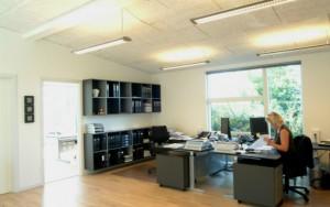 Kontorbyggeriet indvendig, hvor store vinduer giver et godt lysindfald.
