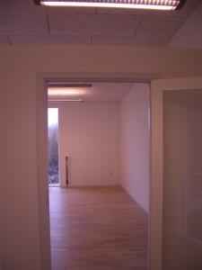 Glasdøre sikrer gennemlysning af byggeriet.
