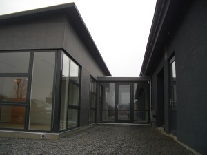 Glasparti forbinder det nye byggeri med de eksisterende bygninger.