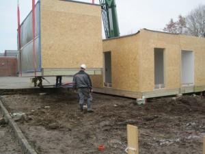 Byggemodulerne bliver kranet på plads.