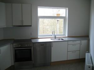 Køkken med hvide elementer.