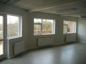 Indretningen består af 2 grupperum med glasdøre og store vinduespartier, som giver et godt lys i opholdsrummene.