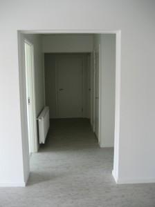 Hvide vægge og lyst gulv medvirker til, at lokaler fremstår lyse og venlige.