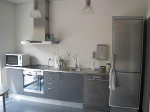 Køkken med grå elementer.