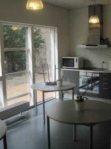 Cafémiljø inde i modulbyggeriet.