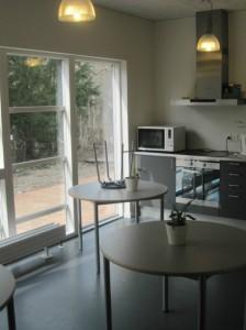 Cafémiljø med køkken.