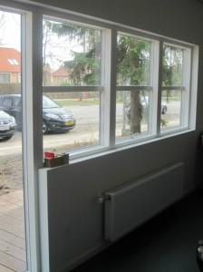 Store vinduer giver et godt lys i de små lokaler.