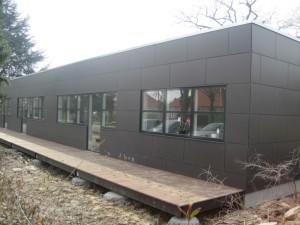 Byggemodulerne er beklædt med sorte fibercementplader.