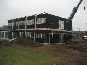 Bygningen på i alt 420 m2 består af 10 moduler opstillet i to plan samt et modul, der fungerer som forbindelsesgang.