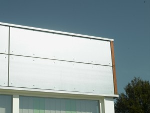 Udvendig beklædning af varmtgalvaniserede stålplader.