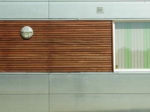 Omkring vinduerne er der monteret mahogni-lister.