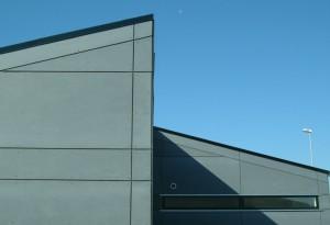 Modulerne er forskudt, og det giver bygningen et moderne udtryk.