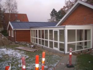 Modulbyggeriet er forbundet til det eksisterende byggeri med en glasgang.