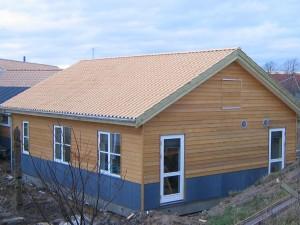 Store vinduespartier og glasdøre sørger for et godt lysindfald i de indvendige rum.