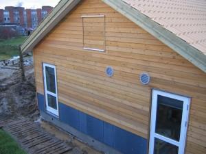 Modulerne er leveret med flad tagkonstruktion, hvorpå der er eftermonteret spær for at opnå en taghældning, som passer til taget på de øvrige bygninger.